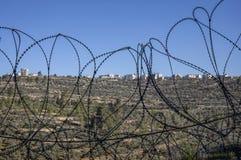 En palestinsk by till och med taggtråd royaltyfria bilder