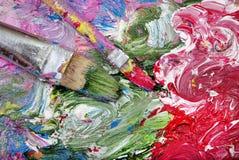 En palett av konstnärer och borstar borsten slår tätt upp royaltyfria foton