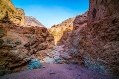 En palett av kulört vaggar i den Death Valley nationalparken Arkivfoto