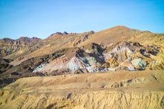 En palett av kulört vaggar i den Death Valley nationalparken Royaltyfria Foton