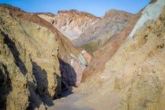 En palett av kulört vaggar i den Death Valley nationalparken Royaltyfri Fotografi