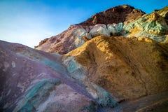 En palett av kulört vaggar i den Death Valley nationalparken Arkivfoton