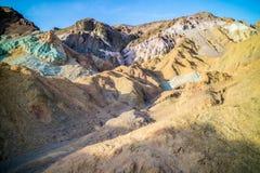 En palett av kulört vaggar i den Death Valley nationalparken Arkivbilder