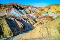 En palett av kulört vaggar i den Death Valley nationalparken Royaltyfri Bild