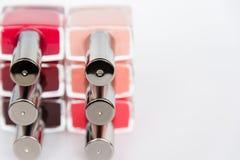 En palett av spikar polermedelflaskor på en vit bakgrund Fotografering för Bildbyråer