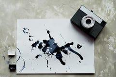 En palett av svartvit målarfärg ett ark av vitt konstpapper med svart färgfärgpulver gammalt retro för kamera Royaltyfria Bilder