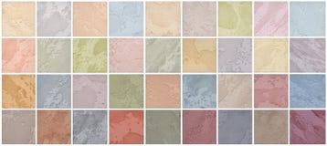 En palett av texturer av den kulöra travertinen är en dekorativ beläggning för väggar royaltyfri bild