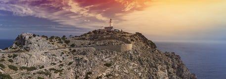 En panorama av det steniga landskapet och den Formentor fyren överst av locket de Formentor, Mallorca, Spanien Arkivfoto