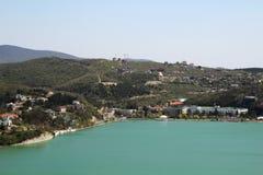 En panorama av sjön Abrau och tillverkningen av champagne Abrau-Durso, Ryssland Royaltyfri Foto