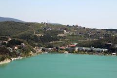 En panorama av sjön Abrau och tillverkningen av champagne Abrau-Durso, Ryssland Royaltyfri Fotografi