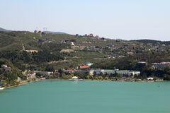 En panorama av sjön Abrau och tillverkningen av champagne Abrau-Durso, Ryssland Arkivbilder
