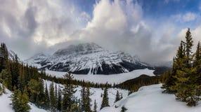En panorama av snön täckte Peyto sjön i den Banff nationalparken royaltyfria foton
