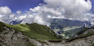 En panorama från Bucegi berg, Rumänien, ner i dalen, var lägger turist- städer som Busteni och Sinaia och överst av ett p Arkivfoton