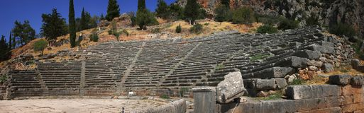 En panoramautsikt av den forntida teatern i den berömda arkeologiska platsen av Delphi i Grekland Royaltyfri Foto