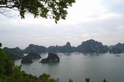 En panoramautsikt av den HaLong fjärden, Vietnam med dess kalkstenöar och att turnera fartyg, royaltyfria foton