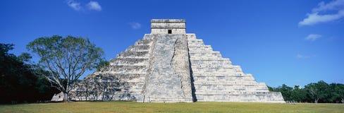 En panoramautsikt av den Mayan pyramiden av Kukulkan (också som är bekant som El Castillo) och fördärvar på Chichen Itza, den Yuc Arkivbilder