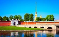 En panoramautsikt av den Peter och Paul fästningen och den Neva riven Royaltyfri Fotografi