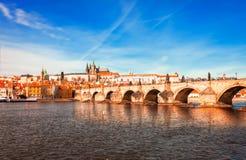 En panoramautsikt av den Prague och Charles bron, tjeck Royaltyfri Bild
