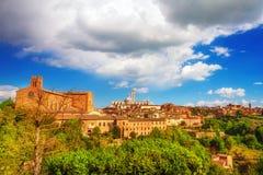 En panoramautsikt av den Tuscan staden av Siena på solnedgången Royaltyfri Bild