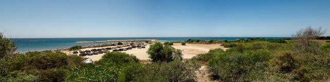 En panoramautsikt av det hemliga paradiset av den Aluminos stranden och kustlinjen nära Larnaca Royaltyfria Bilder