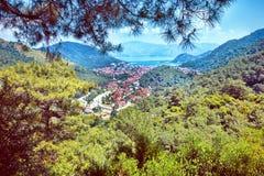 En panoramautsikt av fjärden och staden på den medelhavs- kusten Arkivbilder