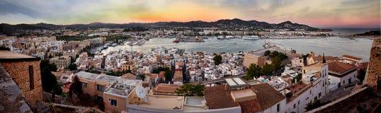 En panoramautsikt av staden och kusten från fortet av Ibiza verkar mycket härlig under ett gulaktigt varmt solnedgångljus arkivfoton