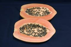En papayafrukt som klipps i halva Royaltyfri Bild