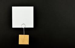 En pappers- anmärkning med hållaren på svart bakgrund för presentation Fotografering för Bildbyråer