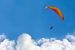 En paraglider som glider över molnen Royaltyfri Bild