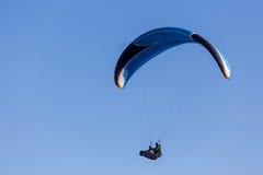 En paragliding i himlen Fotografering för Bildbyråer