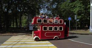 En parc de ville de Sokolniki les tours et les parents d'un autobus de plaisir marchent avec des enfants banque de vidéos