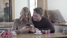 En pares del amor una fecha en un café que mira uno a y la sonrisa almacen de metraje de vídeo