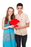 En pares jovenes del amor con un corazón Imagen de archivo