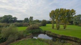 En parkera på sena September, sikt av en flod Fotografering för Bildbyråer
