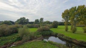 En parkera på sena September, sikt av en flod Royaltyfria Bilder