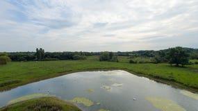En parkera på sena September, sikt av en sjö på den sena eftermiddagen Arkivbilder