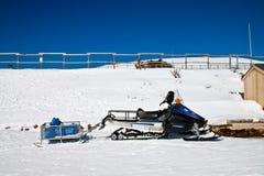 En parkerad snowmobile Fotografering för Bildbyråer