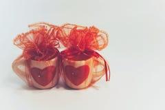 En partekopp av förälskelse, en kopp med hjärtatecknet för dag för valentin` s arkivbilder