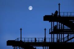 en passage av stål med folk vid natt med månen arkivbilder