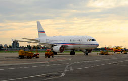 En passageraretrafikflygplan i parkeringsplatsen arkivbilder