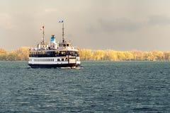 En passagerarfärja seglar över den Toronto hamnen efter en storm fotografering för bildbyråer