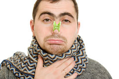 En patient man med en kvalmig näsa Arkivfoton