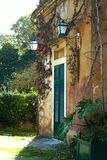 En patio de Portugal viejo Imagen de archivo
