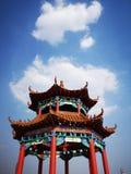 En paviljong är under himlen royaltyfria bilder