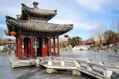 En paviljong i en historisk traditionell trädgård av Peking, Kina i vinter, under kinesiskt nytt år Arkivfoto