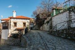 En pebbled gränd i den gamla historiska byn av Ampelakia, Lari arkivfoto