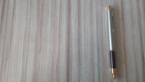 En penna med vänstra sidan som är öppen för en överskrift Royaltyfri Bild