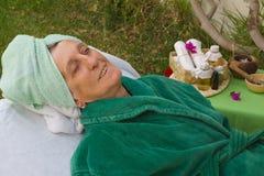 En pensionär i brunnsortstudion för öppen luft Royaltyfri Foto