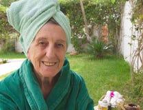 En pensionär i en brunnsortstudio för öppen luft Royaltyfri Fotografi