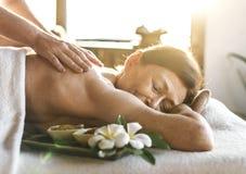 En pensionär som har en massage royaltyfri foto